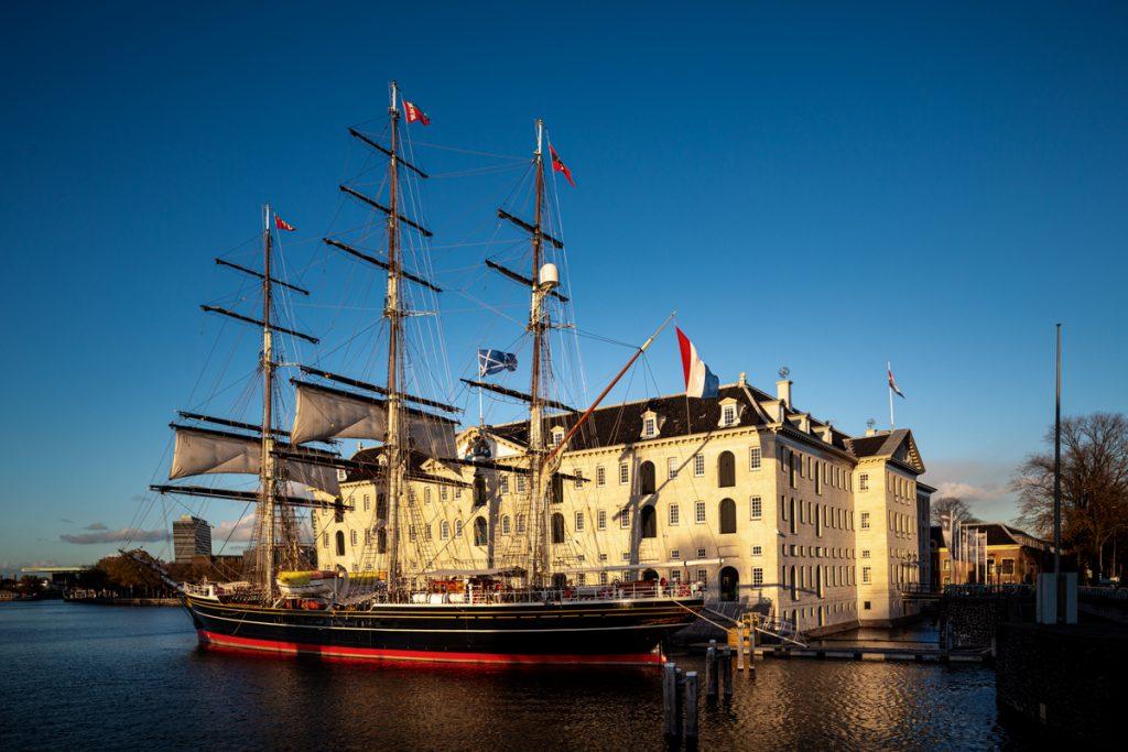 Het Scheepvaarthuis en de driemaster Stad Amsterdam in het Oosterdok