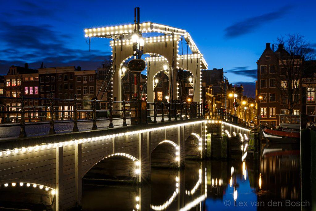 Nachtfotografie tijdens het blauwe uurtje in het centrum van Amsterdam