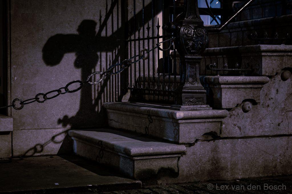 Schaduwen in de nacht geven nachtfoto's algauw een geheimzinnige sfeer