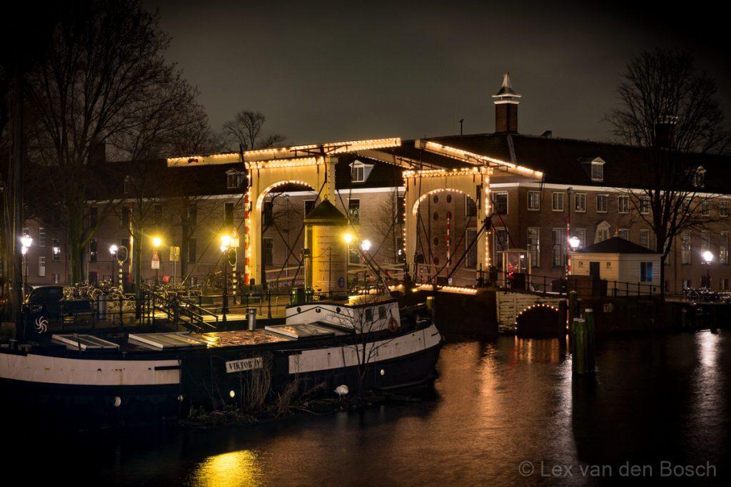 Verlichte brug vlakbij de Hermitage in Amsterdam