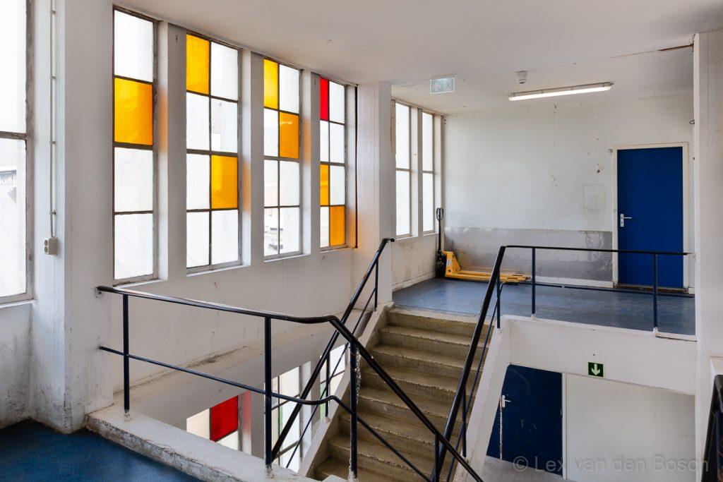 Post-urbex binnenlocatie op het Hembrugterrein met kleuren en vlakken die aan Mondriaan doen denken