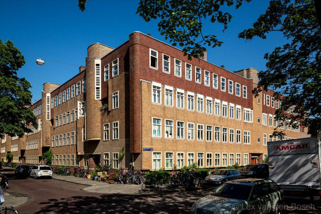 Gebouw in Amsterdamse School stijl karakteristieke met rondingen en verschillende kleuren baksteen