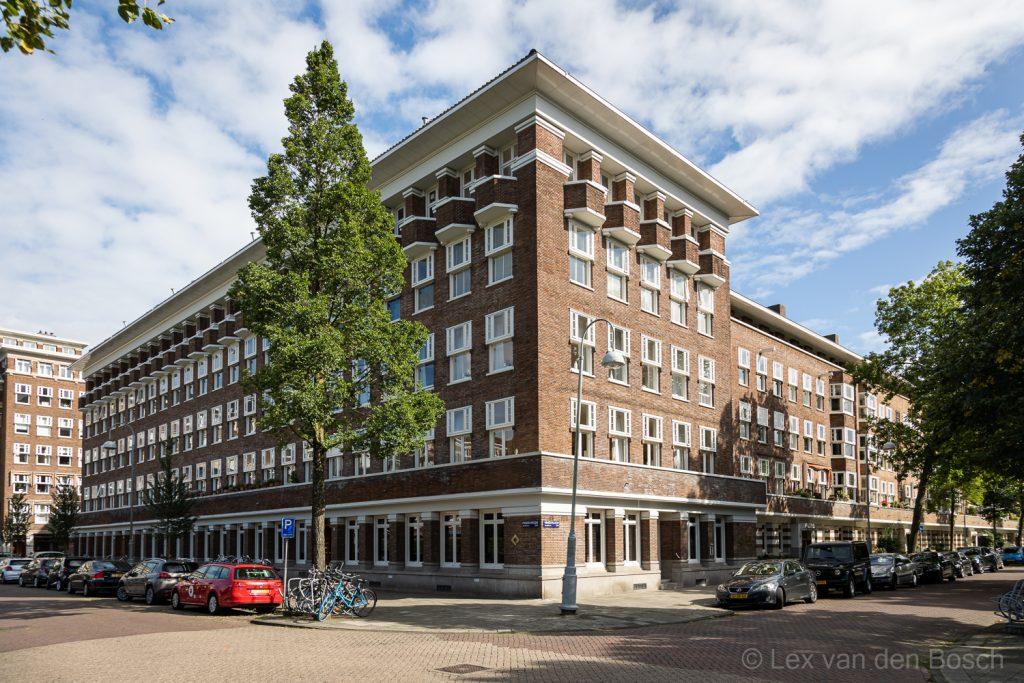 Gebouw in Amsterdamse School stijl bij de Stadionweg in Amsterdam-Zuid