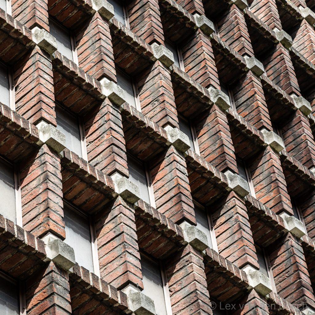 Geometrisch reliëf in baksteen op gebouw in Amsterdamse School stijl in Amsterdam-Zuid